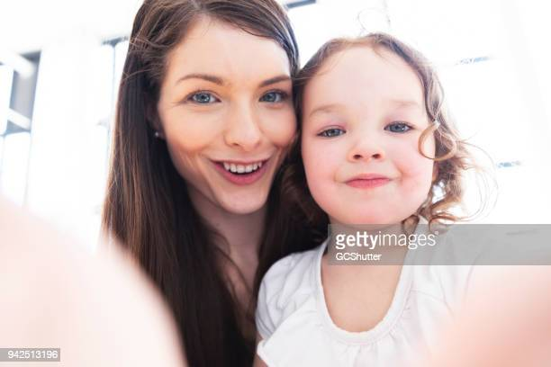 selfie time with mother - selfie foto e immagini stock