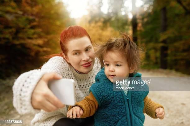 selfie med sin dotter - rumänien bildbanksfoton och bilder