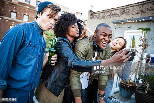Selfie avec le DJ à la fête sur le toit à New York