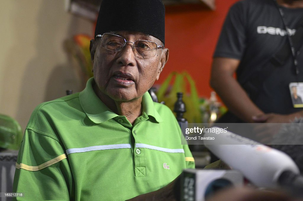 Self-proclaimed Sultan of Sulu Jamalul Kiram III speaks during a press conference at his house on March 6, 2013 in Taguig, Philippines. Fighting has broken out anew in the village of Lahad Datu, Sabah, Malaysia as Malaysian security forces comb the coastal areas where the 'Royal Sultanate Army of Sulu' was thought to have been hiding. Around 200 armed followers of Kiram in the restive southern provinces of Sulu and Tawi-Tawi in Mindanao crossed over to neighboring Sabah last February 12 to lay claim to territory as ancestral land, triggering clashes with Malaysian security forces. Philippine diplomatic officials confirmed yesterday that security forces in Malaysia have conducted airstrikes and ground assault on the 'royal army' of the Sultanate of Sulu in Lahad Datu, Sabah. A total of 17 followers of self-proclaimed Sultan of Sulu Jamalul Kiram III and eight Malaysian security forces were killed in the villages of Lahad Datu and Semporna in Sabah.