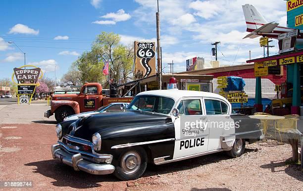 seligman voiture de police - route 66 photos et images de collection