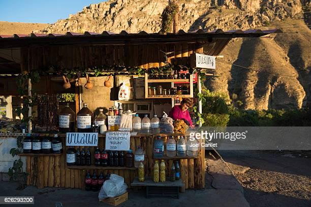 アルメニアの道端でアレニワインを販売 - アルメニア共和国 ストックフォトと画像
