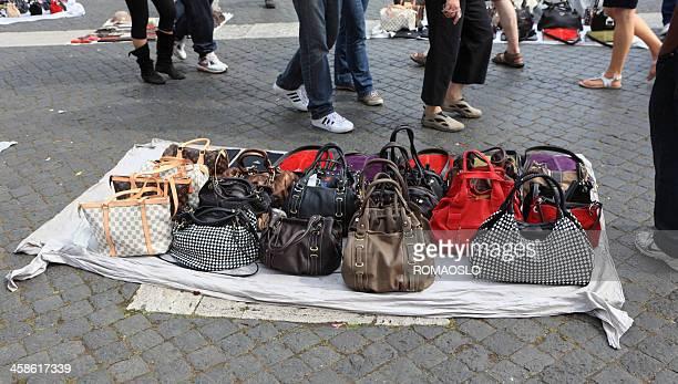 Verkauf falsche designer-Taschen auf der Straße in Rom, Italien
