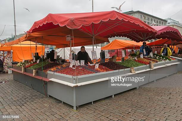 新鮮な果物を売るスタンドには、フィンランドのヘルシンキマーケット広場