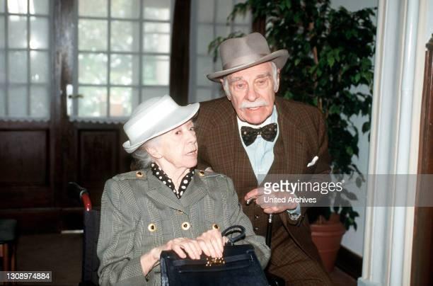 """Selma Rosenthal lernt im Seniorenheim den """"Kapitän"""" kennen und schließt Freundschaft mit ihm. Regie: Stephan Meyer / Überschrift: GUPPIES ZUM TEE /..."""