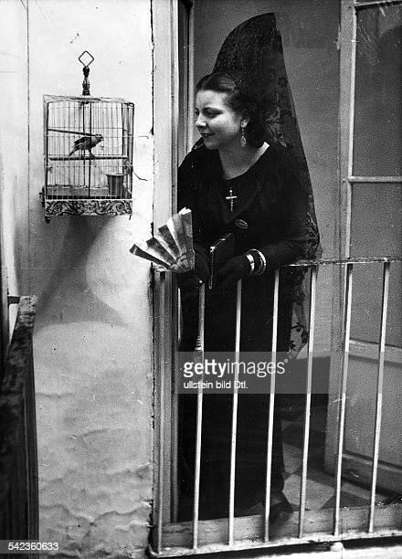 'Semana Santa' in Sevilla Spanierin die sich in der Karwocheganz in schwarz kleidet 1935