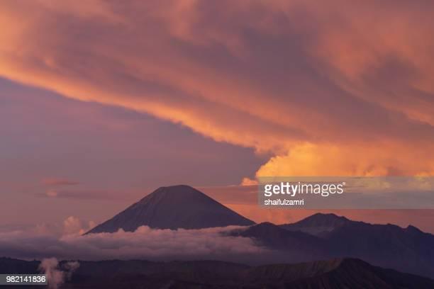 semeru, or mount semeru, is an active volcano located in east java, indonesia. it is the highest mountain on the island of java (3,676 m). - shaifulzamri 個照片及圖片檔