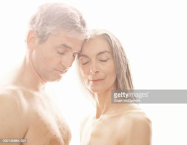 semi naked mature couple head to head, eyes closed - hombre desnudo fondo blanco fotografías e imágenes de stock