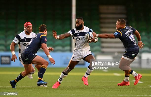 Semi Radradra of Bristol Bears holds off Francois Venter and Ollie Lawrence of Worcester Warriors during the Gallagher Premiership Rugby match...