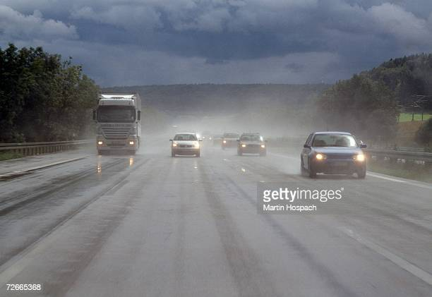 semi truck and cars traveling on highway in the rain - vista frontal - fotografias e filmes do acervo