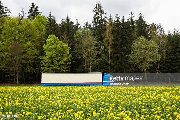 semi truck in the country side - lkw stock-fotos und bilder