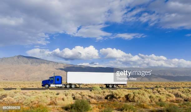 semi trucks on hwy 395 - 大型トレーラー ストックフォトと画像