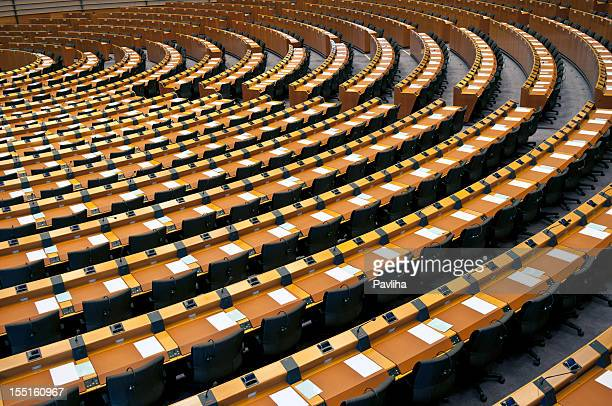 semi-circle of empty seats european parliament brussels - democratie stockfoto's en -beelden