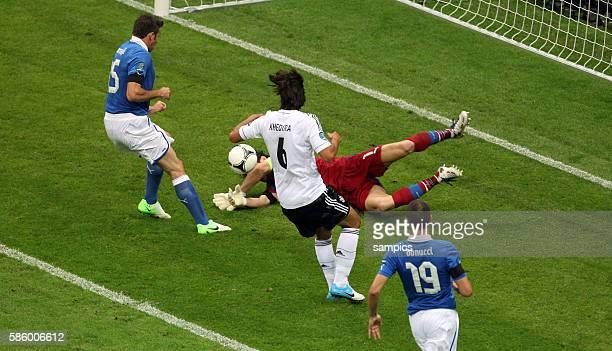 Sami Khedira Gianluigi Buffon links Andrea Barzagli Leonardo Bonucci Fussball EM 2012 Halbfinale Deutschalnd Italien 12 semifinal Germany vsItalia...