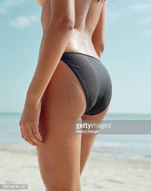 semi-naked woman on beach, low section, close-up - fesses femme gros plan photos et images de collection