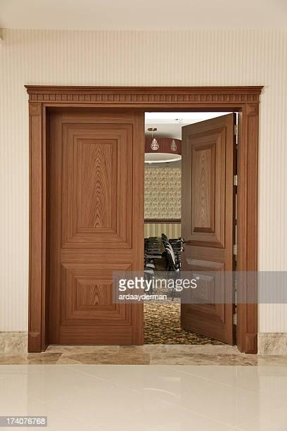 Salle de séminaire, a ouvert la porte
