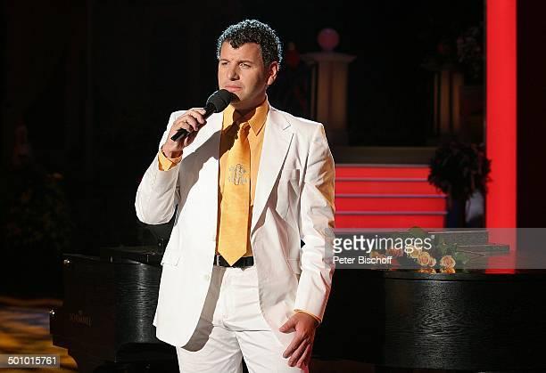Semino Rossi ARDMusikshow vom MDR 'Herbstfest der Volksmusik' Chemnitz Sachsen Deutschland Europa 'Stadthalle' Bühne Auftritt singen Mikrofon Sänger...