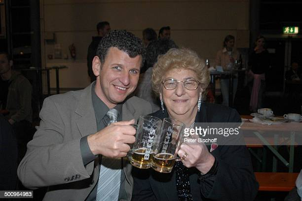 Semino Rossi mit Mutter Esther Rossi nach der ARDMusikShow Musikantenstadl Bremen Stadthalle Backstage Glas Bier anstoßen Brille Sohn umarmen Promi...
