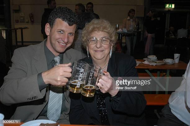 Semino Rossi Mutter Esther Rossi nach der ARDMusikShow Musikantenstadl Bremen Stadthalle Backstage Promi Promis Prominenter Prominente PNr 479/2004...