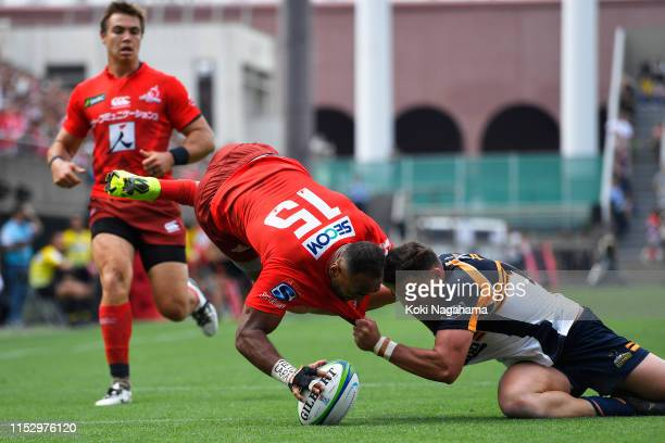 Semisi Masirewa of the Sunwolves scores his side's second try during the Super Rugby match between Sunwolves and Brumbies at the Prince Chichibu...