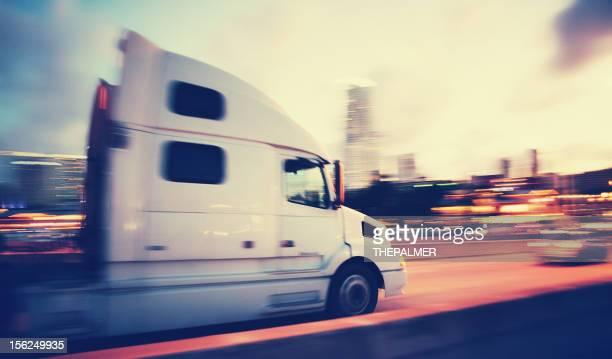 semi-truck bei Nacht