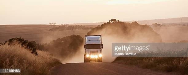 semi-caminhão dirigindo na estrada de terra - caminhão - fotografias e filmes do acervo