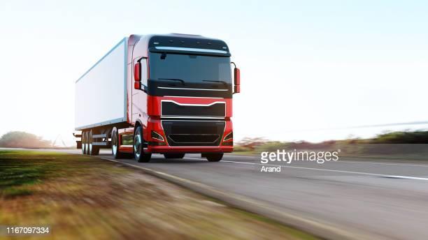 道路上のトレーラー駆動と半トラック - 大型トレーラー ストックフォトと画像