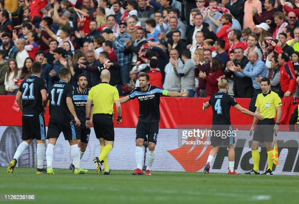 Senad Lulic with his teammates of SS Lazio protest to the referee Anthony Taylor after the opening goal scored by Wissam Ben Yedder during the UEFA...