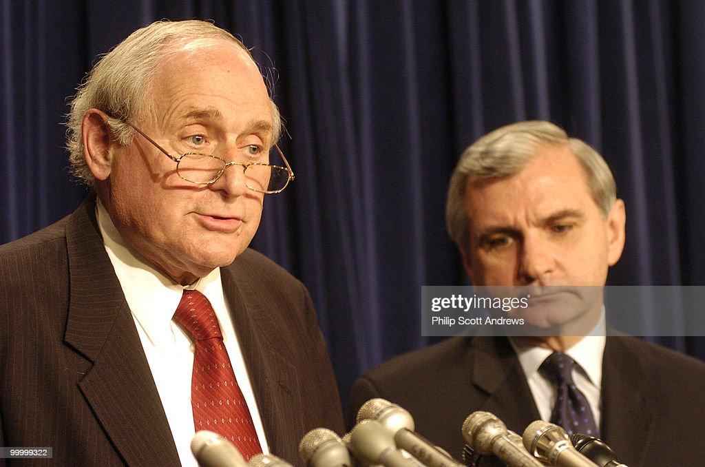 (left to right) Senator Carl Levin : Nachrichtenfoto