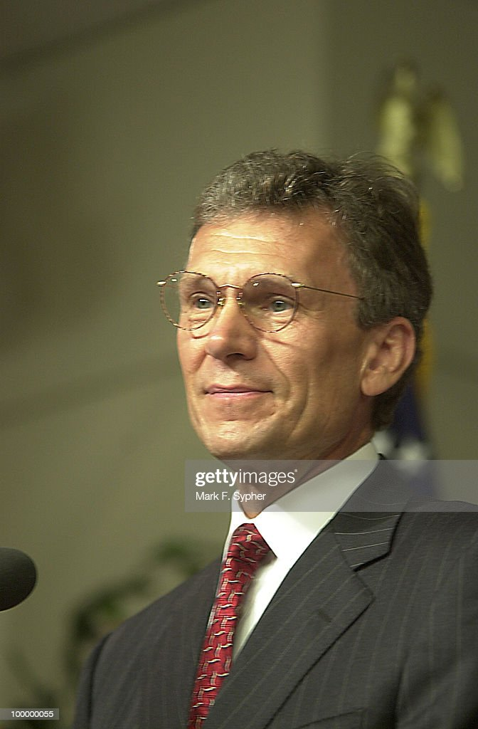 Senator Tom Daschle (D-SD) addressing the press in the Woodrow Wilson Center in the Ronald Regan Building on Thursday.