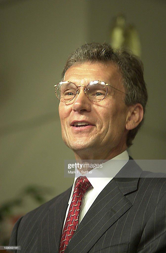 Senator Tom Daschle (D-SD) addressing the press in the Woodrow Wilson Center in the Ronald Regan Building on Thursday.