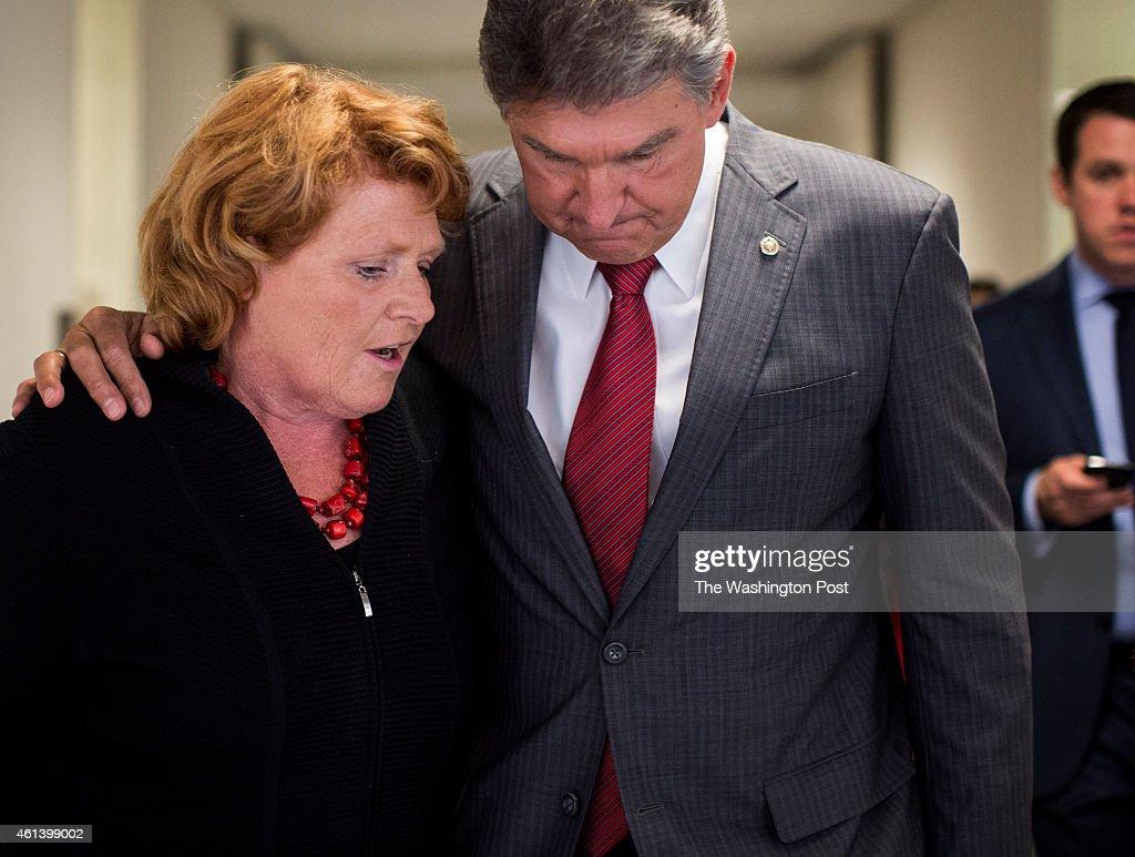 Senators Heidi Heitkamp and Joe Manchin consult with staff