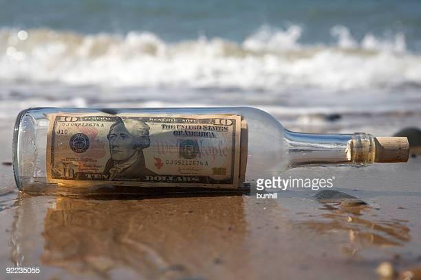 送信または transfer マネーメッセージのビーチのボトル - send ストックフォトと画像