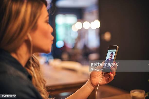 einen kuss senden - video call stock-fotos und bilder