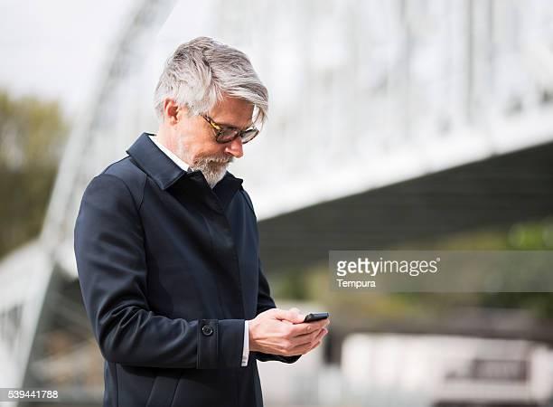 Senden Sie uns eine sms mit einem Smartphone auf der Straße.