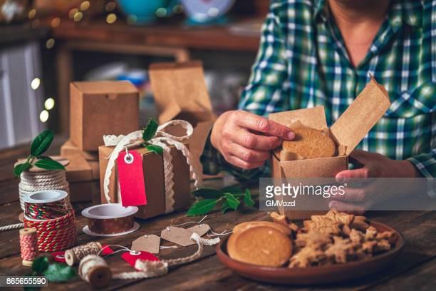 hausgemachte kekse versenden für weihnachten als geschenk - selbstgemacht stock-fotos und bilder