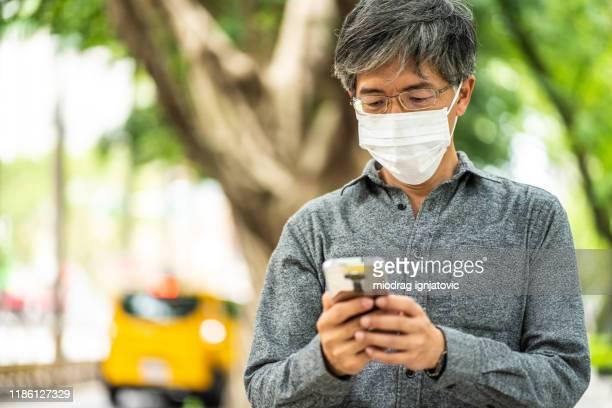 envoi de selfie à ses amis avec un masque chirurgical - masque de chirurgien photos et images de collection