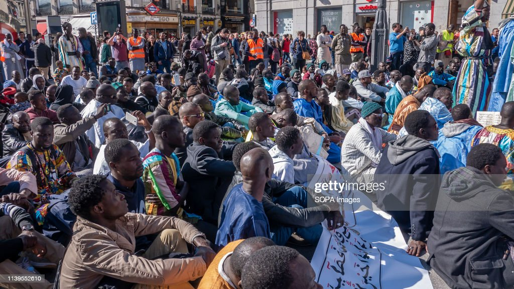 Senegalese are seen seated at Puerta del Sol square during... : Photo d'actualité