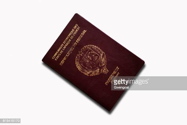 Senegalese paspoort geïsoleerd op een witte achtergrond