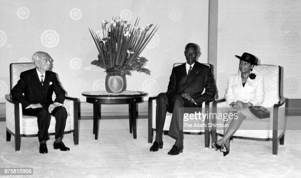 Senegalese President Abdou Diouf and his wife Elisabeth talk with Emperor Hirohito during their meeting at the Imperial Palace on June 29 1988 in...