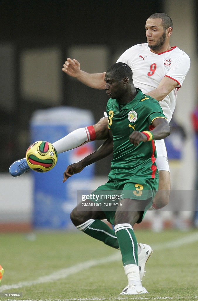Senegal's defender Guirame Ndaw (L) and Tunisian forward Yasin Chikhaoui (R) fight for the ball, 23 January 2008, during the 2008 African Cup of Nations match at Tamale Stadium in Tamale, Ghana.