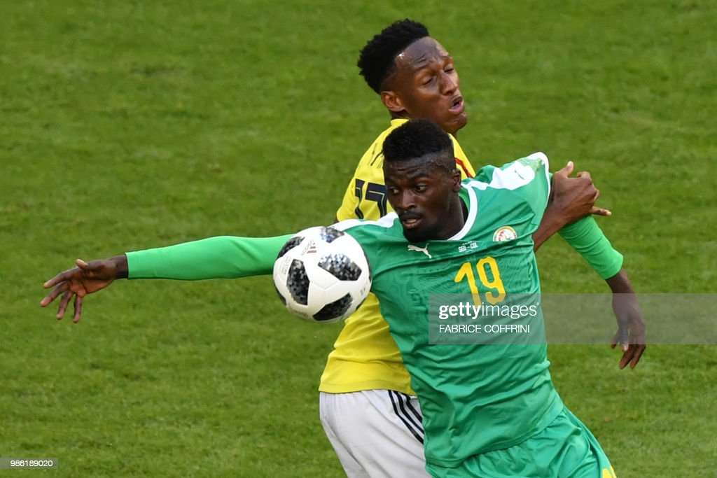 Senegal's forward Mbaye Niang (front C) eyes the ball as he vies for it with Colombia's defender Yerry Mina (rear C) during the Russia 2018 World Cup Group H football match between Senegal and Colombia at the Samara Arena in Samara on June 28, 2018. (Photo by Fabrice COFFRINI / AFP) / RESTRICTED