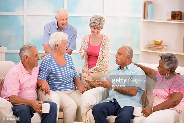 Persona mayor y amigos para compartir noticias, la amistad. Su hogar o de vida asistida.
