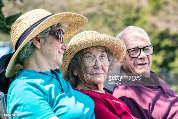 大人老人ホーム介護娘と高齢母秘密笑顔を共有