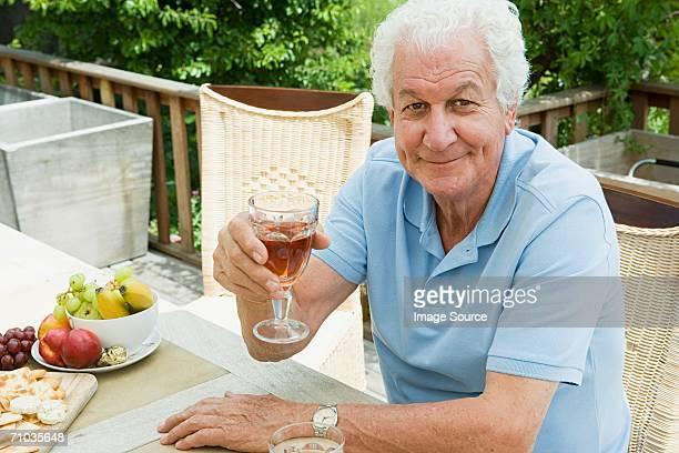 Senior Erwachsener Mann trinkt einen Schluck