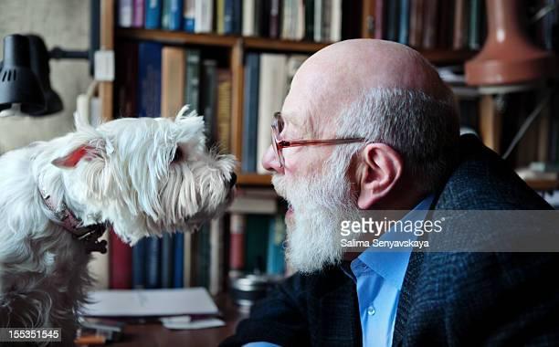 Senior Erwachsener Mann mit seinem Hund