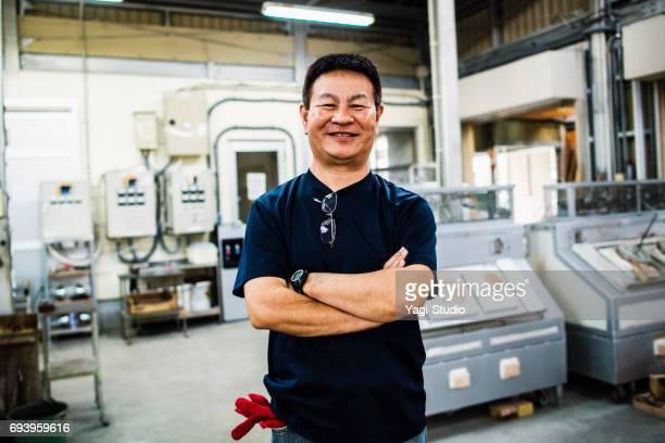 ガラス工場で働く年配の大人男性