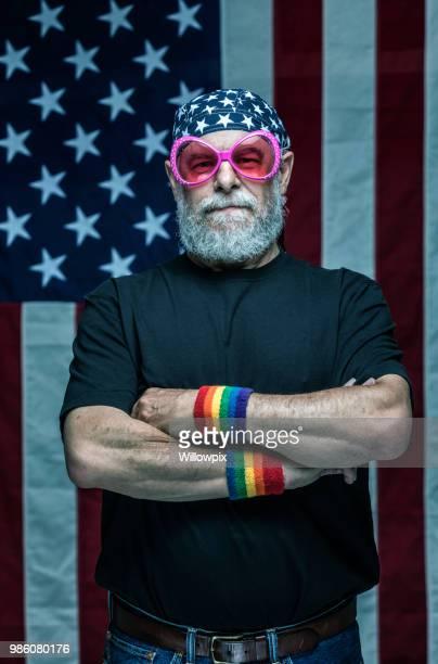 é.-u. senior vétéran militaire adulte portant rainbow pride bracelets et lunettes de soleil roses bizarre - gay seniors photos et images de collection