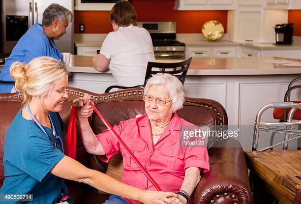 Senior Erwachsenen zu Hause healthcare Patienten mit einer Krankenschwester. Physiotherapie.