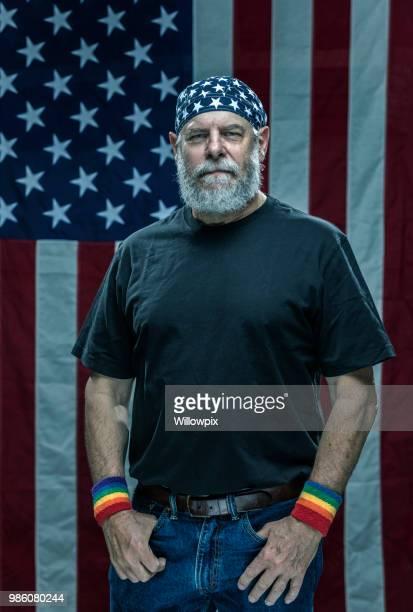 é.-u. arc-en-ciel adulte senior fierté militaire vétéran porter des bracelets - gay seniors photos et images de collection